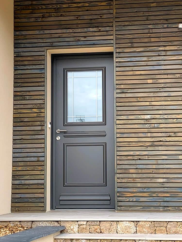 Pose de porte extérieure par le menuisier Yvon Moreau aux Herbiers